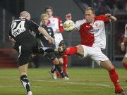 Hannovers Stajner und der Cottbuser Rost streiten um den Ballbesitz.
