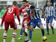 Fußball, Bundesliga: Marko Babic setzt sich gegen Mark van Bommel durch.