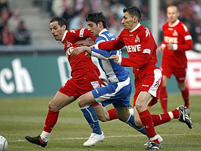 Viel Kampf in Köln: Petit und Radu versuchen den Karlsruher Stindl vom Ball zu trennen.