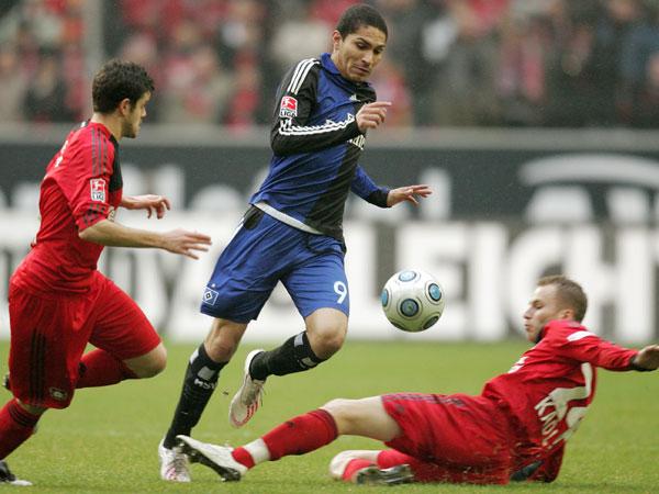 Leverkusens Barnetta (li.) und Kadlec gegen Guerrero (Hamburg)