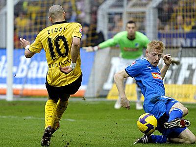 Ibertsberger (re.) klärt gegen Zidan.
