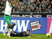 Notbremse: Werders Naldo brachte Schweinsteiger zu Fall und sah schon in der 15. Minute Rot.