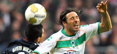 Ehemalige Kollegen: Bayerns Lucio duelliert sich mit Bremens Pizarro (re.).