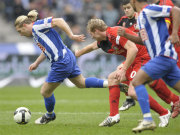 Fußball, Bundesliga: Andrey Voronin entwischt Leverkusens Lukas Sinkiewicz.