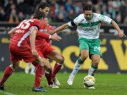 Fußball, Bundesliga: Bremens Pizarro setzt sich gegen die Stuttgarter Träsch und Boulahrouz durch.