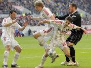 Fußball, Bundesliga: Die Leverkusener Zdebel, Kießling und Schwegler gegen den Frankfurter Fink.
