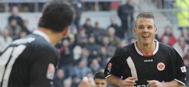 Fußball, Bundesliga: Der Frankfurter Torschütze Meier bedankt sich bei Vorlagengeber Fenin.