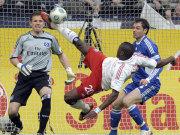 Guy Demel (HSV) klärt per Fallrückzieher vor Schalkes Heiko Westermann