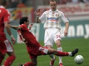 Fußball, Bundesliga: Kölns Petit gegen Leverkusens Kadlec.