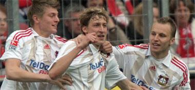 Kroos, Kießling und Kadlec bejubeln das 1:0 für Leverkusen.