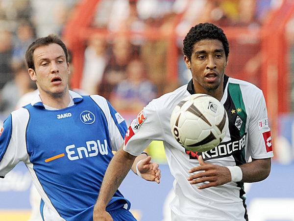 Gladbachs Dante klärt vor dem glücklosen Karlsruher Sebastian Freis.