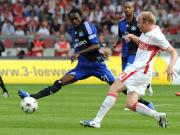 Verkehrte Welt: Hamburgs Offensivkraft Pitroipa verteidigt gegen VfB-Abwehrrecke Magnin.