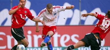 Petric kommt gegen C. Schulz und Eggimann zum Schuss
