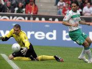 Kölns Keeper Mondragon schnappt sich den Ball vor Pizarro