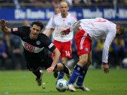 Fußball, Bundesliga: Berlins Kacar gegen Hamburgs Guerrero.