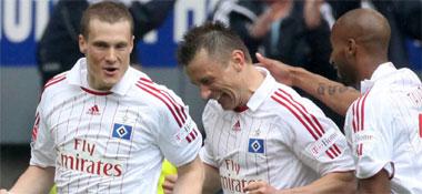 Fußball, Bundesliga. Der HSV mit Jansen, Olic und Tavarez jubelt über das 1:0.