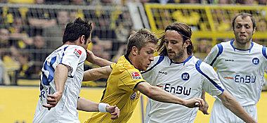 Dortmunds Kuba im Duell mit Freis (li.) und Kennedy.