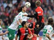 Bremens Pizarro im Kopfballduell mit Russ.