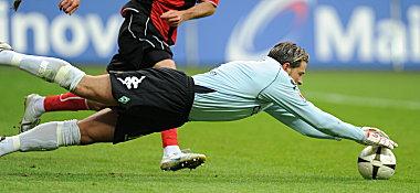 Werders Schlussmann Wiese schnappt sich das Spielgerät.