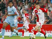 Viel Kampf, wenig Glanz in Cottbus: Dante und Jelic setzen dem Ball nach.