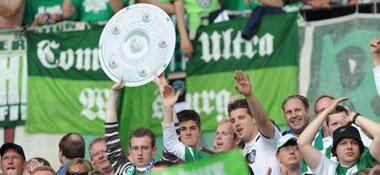 Wolfsburg-Fans mit einer Nachbildung der Meister-Schale