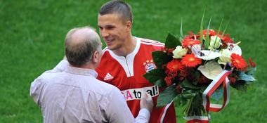 Abschied: FCB-Manager Uli Hoeneß überreicht Lukas Podolski einen Blumenstrauß.