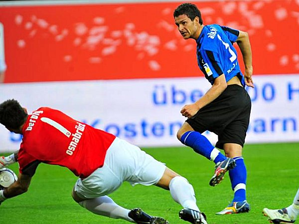 Enis Alushi (SC Paderborn) gegen Tino Berbig (VfL Osnabrück)