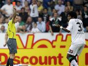 Fußball, Bundesliga: Dante wird mit Rot wegen einer Notbremse vom Platz gestellt.