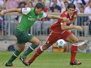 Boenisch (Bremen) gegen Gomez (Bayern, re.)