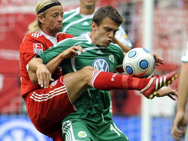 Tymoshchuk (li.) gegen Misimovic