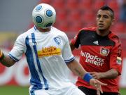 Keinesfalls kopflos agierte Bochums Epallé, setzt sich hier gegen Leverkusens Vidal durch.