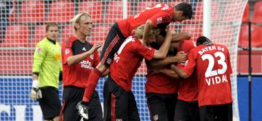 Jubeltraube: Die Leverkusener beglückwünschen Friedrich für seinen Treffer zum 1:1.