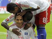 Zé Roberto und Elia beglückwünschen Guerrero.