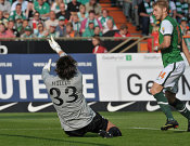 Torwart Müller war machtlos als Hunt zum 1:0 für Bremen einschoß.