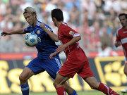 Kampf um den Ballbesitz: Bayers Rolfes wird von Kölns Freis bedrängt.
