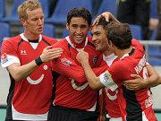 Hannover jubelt nach der Führung: Rosenthal, Haggui, Torschütze Chahed und Cherundolo.