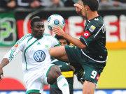 Fußball, Bundesliga: Der Wolsfburger Martins im Duell mit dem Gladbacher Colautti.
