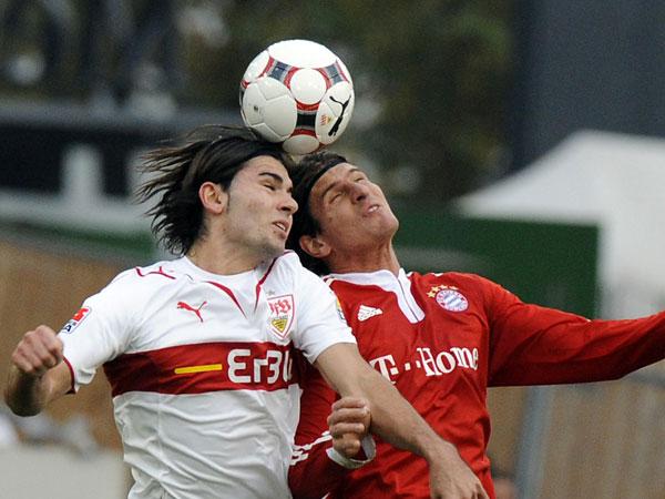 Serdar Tasci (links) und Mario Gomez
