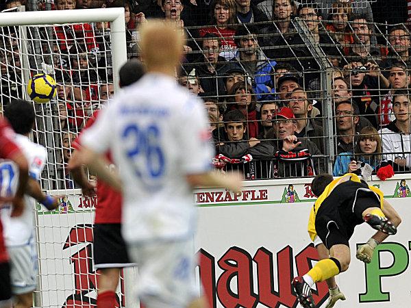Fußball, Bundesliga: Maicosuel (nicht im Bild) trifft für die TSG 1899 Hoffenheim beim SC Freiburg zum 1:0
