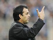 Robin Dutt zeigt es deutlich an: Drei Punkte für Freiburg.