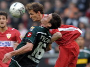 Stuttgarts Niedermeier setzt sich Kopfballduell gegen Friend durch.