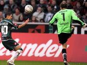 Matmour im Duell mit VfB-Keeper Lehmann.