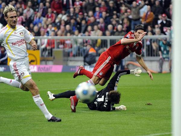 Fußball, Bundesliga: Mario Gomez trifft zum 1:0 für Bayern gegen Leverkusen.