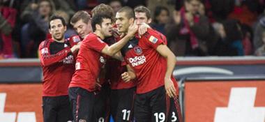 Jubeltraube: Bayer Leverkusen feiert das 2:0 durch Derdiyok (Nummer 19).