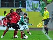 Freiburgs Idrissou (li.) setzt gegen Riether nach.