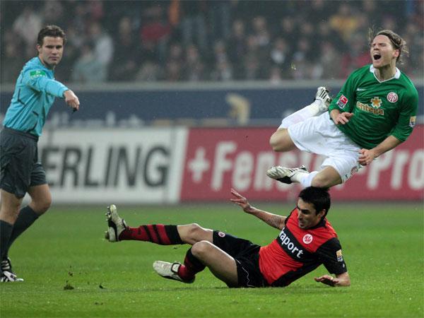Fußball, Bundesliga: Der Mainzer Eugen Polanski wird vom Frankfurter Chris ausgehebelt.