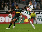 Gladbachs Jaures behauptet sich gegen Pinto.