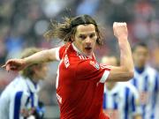 Kraftpaket: Bayerns van Buyten setzte sich vor dem 1:0 gleich gegen drei Berliner durch.