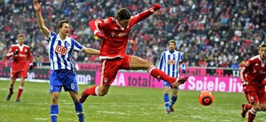 Immer vorneweg: Bayerns Gomez gibt Herthas Janker das Nachsehen.
