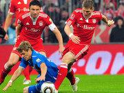 Hoffenheims Vukcevic verliert das Duell gegen van Bommel und Schweinsteiger (re.).